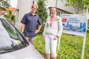 Klimaschutzmanager Stefan Sprenger (links) mit Christina Benze am Wallenhorster Rathaus, wo zwei Carsharingfahrzeuge von Stadtteilauto zur Verfügung stehen. Foto: Thomas Remme