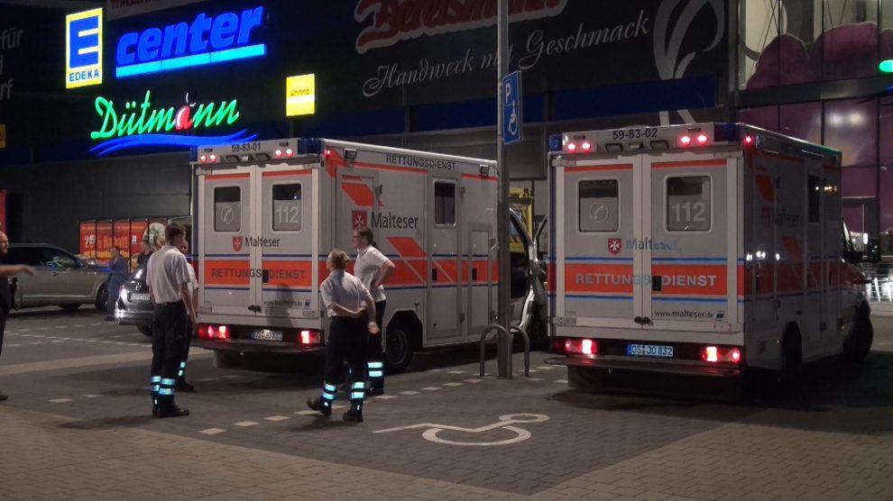 Zahlreiche Einsatzkräfte sind vor Ort nach dem brutalen Überfall auf den Edeka-Markt im Wallenhorster Zentrum. Foto: Festim Beqiri