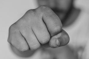 Ein handfester Streit endete in Wallenhorst-Lechtingen mit einem Schwerverletzten. Symbolfoto: Pixabay / ToNic-Pics