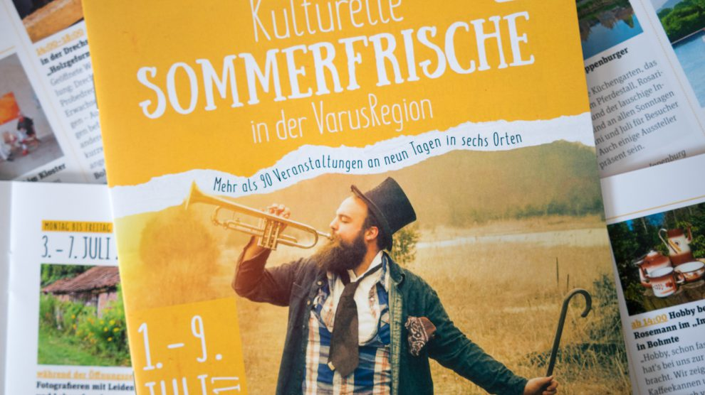 """Das Programmheft mit allen """"sommerfrischen Kulturangeboten"""" ist unter anderem im Wallenhorster Rathaus erhältlich. Foto: André Thöle"""