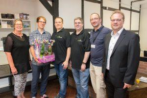Blumen zu Eröffnung (von links): Kornelia Böert, Stefan Sprenger, Michael Kupschus, Matthias Herde, Thomas Dreiling und Frank Jansing. Foto: André Thöle