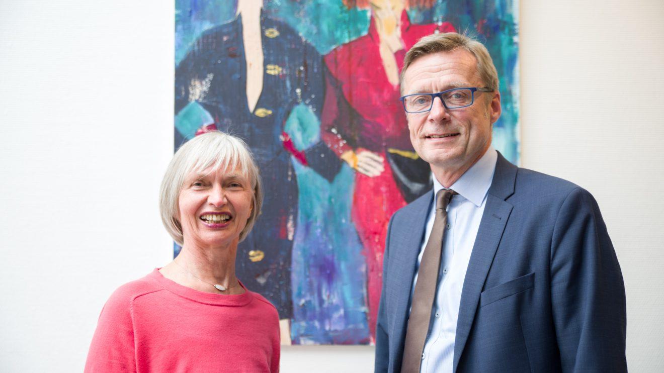 """Gaby Köhler und Bürgermeister Otto Steinkamp eröffnen die Ausstellung """"Meine Weibsbilder"""" im Wallenhorster Rathaus. Foto: Thomas Remme"""