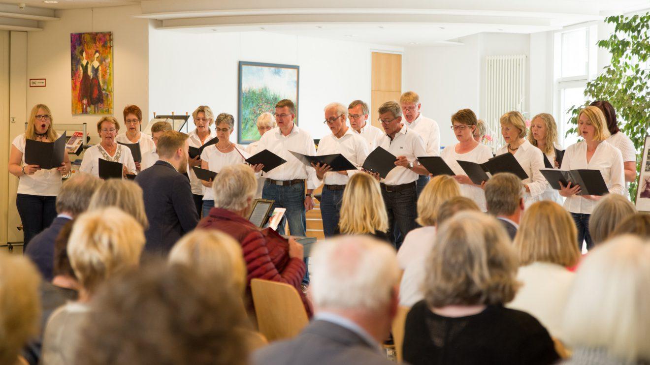 """Der Chor """"Vokal Fatal"""" begleitet die Vernissage. Foto: Thomas Remme"""