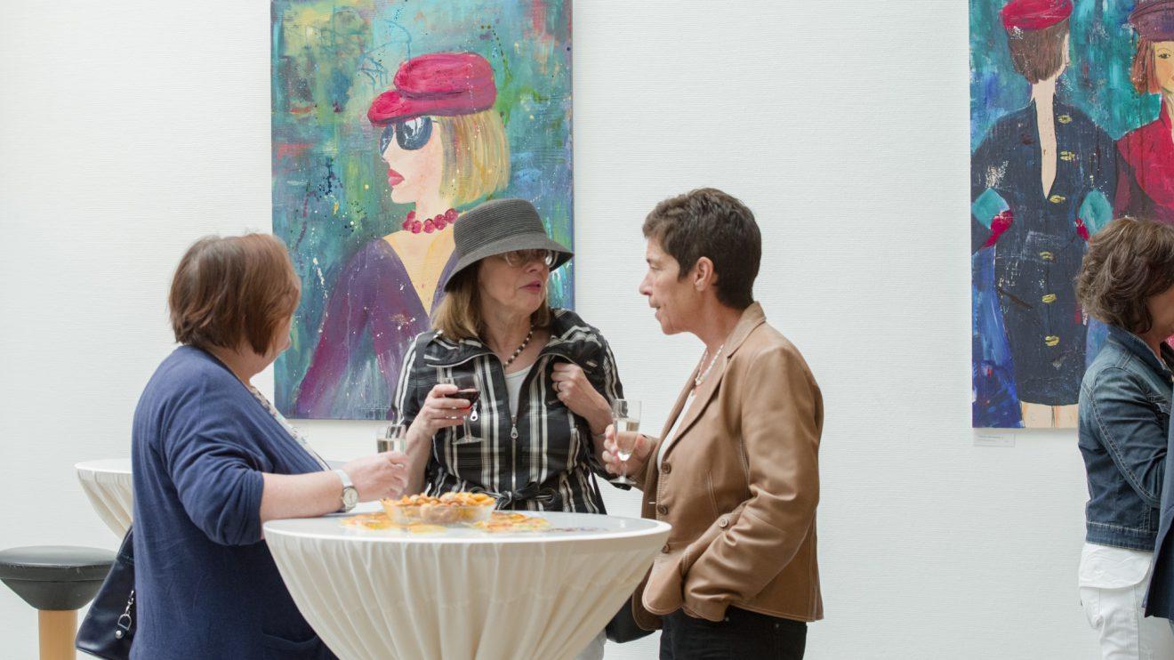 Die Ausstellung mit Motiven aus dem täglichen Leben ist noch bis Ende August im Wallenhorster Rathaus zu sehen. Foto: Thomas Remme