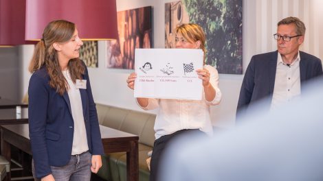 Angela Böddeker und Claudia Reyering stellen Bürgermeister Otto Steinkamp und den Wallenhorster Unternehmern die terre des hommes-Kampagne vor. Foto: Thomas Remme