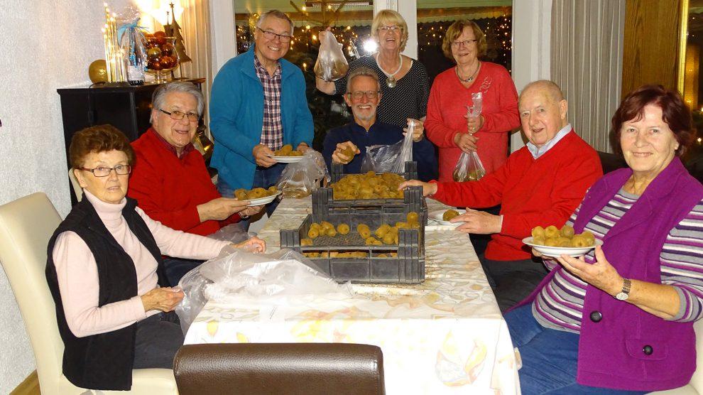 Annemarie und Helmut Buschmeyer mit Peter Papke, Winfried Beckmann, Ria Papke, Anni und Gerd Kock sowie Margit Chananewitz beim Eintüten der über 5.000 Kiwis. Foto: privat