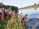 Die erste Herausforderung: Hinein ins 16 Grad kalte Kanalwasser. Foto: André Thöle
