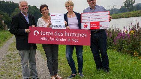 Wolf-Christian Ramm nimmt die Spenden von Christel Kovermann, Doris Wächter und Heiner Placke (von links) dankbar entgegen. Foto: André Thöle