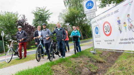 Bürgermeister Otto Steinkamp (2. von links) und Klimaschutzmanager Stefan Sprenger (3. von links) geben gemeinsam mit einigen Ratsmitgliedern die Fahrradstraße frei. Foto: André Thöle