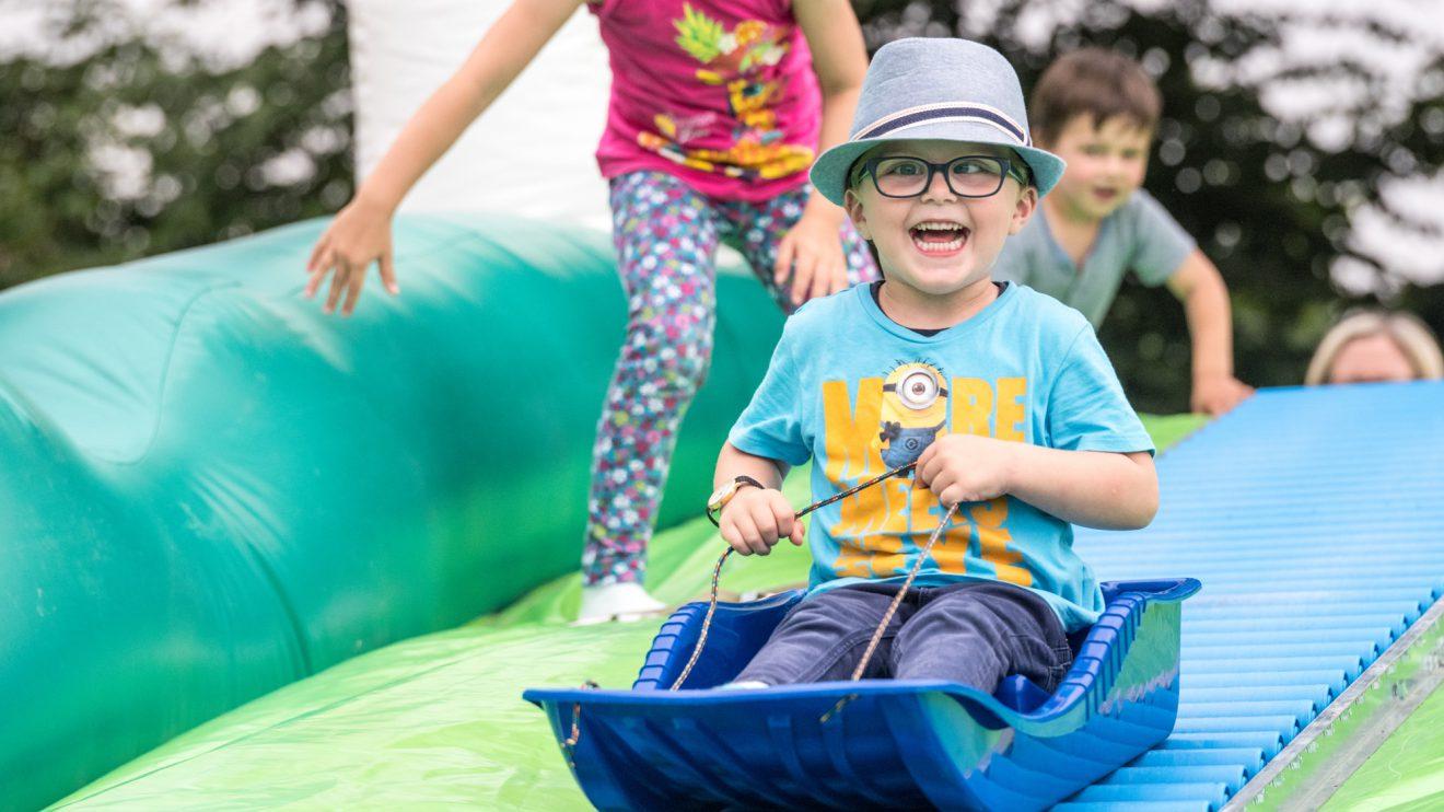 Viel Spaß für Kinder gab es beim Ferienspaßabschluss unter anderem auf der riesigen Rollenrutsche. Foto: Thomas Remme