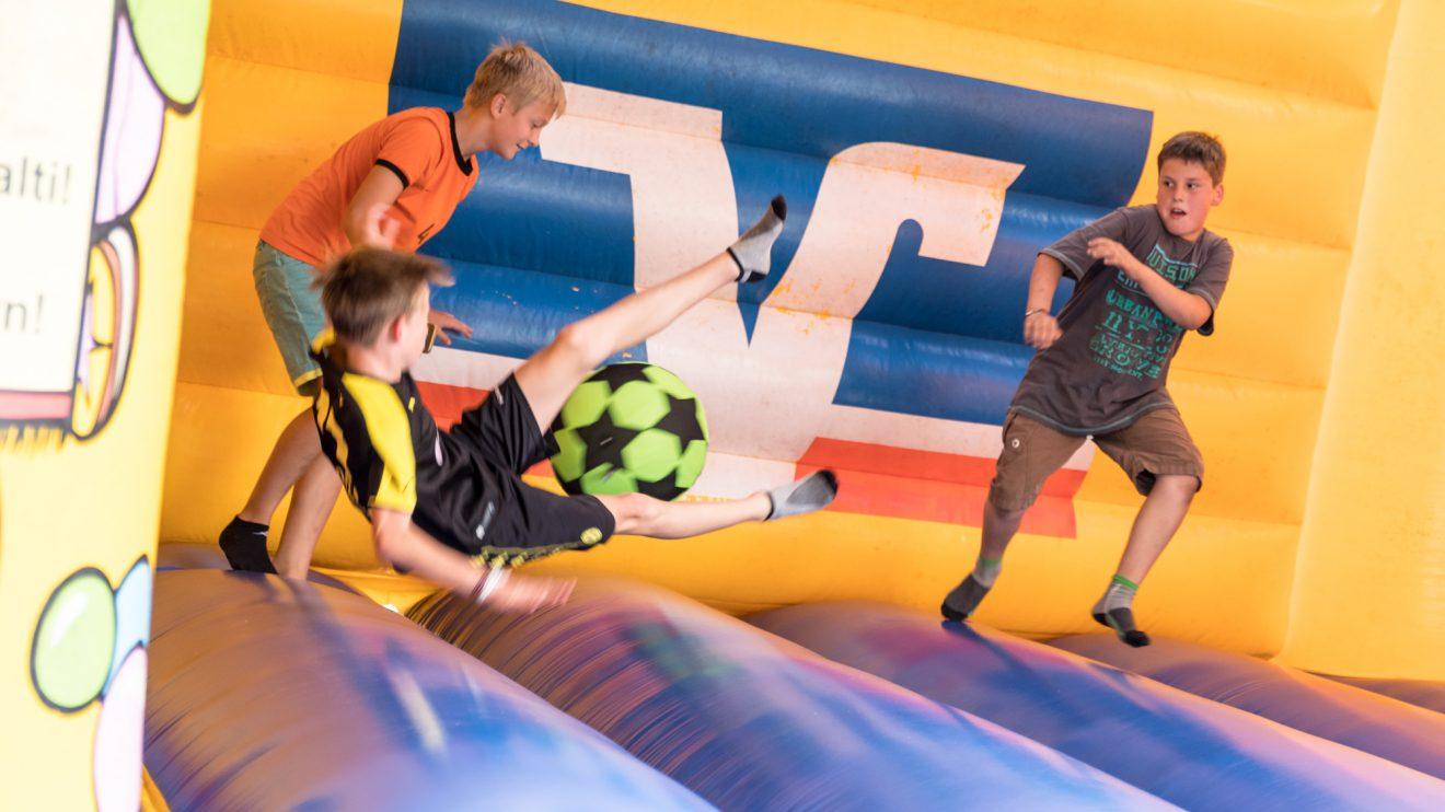 Mit Ball begeistert die Hüpfburg auch große Jungs. Foto: Thomas Remme