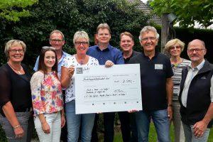 """2500 Euro spendet der L+T-Club an """"Hand in Hand – Wir helfen"""". Foto: Julian Stolte"""