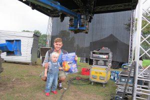 """Groß und Klein helfen am Vortag kräftig mit, damit die Bühne für das Festival """"NETTE BRENNT"""" am Wochenende steht. Foto: Johannes Wiggermann"""