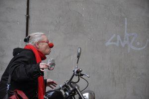 """Besuch von zwei """"Ältesten"""" – Hanna Scotti und Wiebke Plett – erhalten die Teilnehmenden des Seniorentages in Wallenhorst. Foto:Wiebke Plett"""