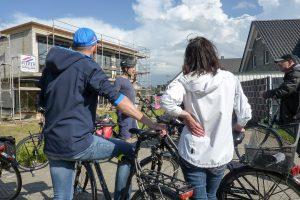 Die Auftakttour zum Stadtradeln wird unterbrochen von informativen wie erholsamen Pausen. Foto: Sven-Martin Holzhaus