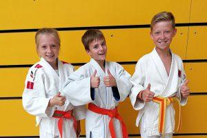 Ella, Leon, Nikita (von links) bei den Bezirkseinzelmeisterschaften der u12. Foto: Blau-Weiss Hollage
