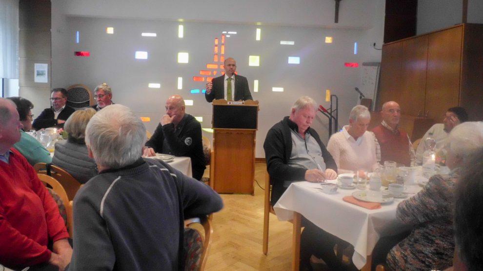 Pastor Friedemann Keller referiert vor 60 Gästen der Kolpingsfamilie Hollage. Foto: Ursula Thöle