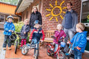 So macht Klimaschutz Spaß: Melanie Kemna und Stefan Sprenger freuen sich mit den Kindern über die Aktion Stadtradeln, die vom Franziskuskindergarten tatkräftig unterstützt wird. Foto:Thomas Remme