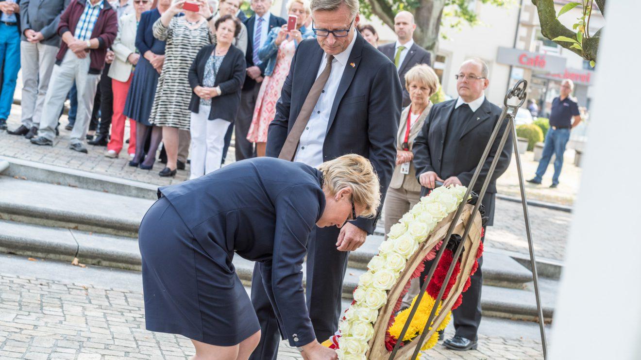 Stawigudas Bürgermeisterin Irena Derdoń und Wallenhorsts Bürgermeister Otto Steinkamp legen gemeinsam einen Kranz vor der Annakapelle nieder. Foto: Thomas Remme