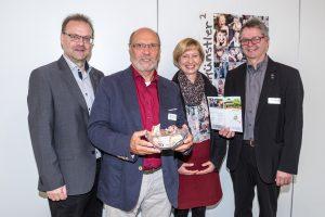 Wirtschaftsförderer Frank Jansing (links) und Hans-Jürgen Klumpe (rechts) überreichen Hermann Holtmeyer und Adele Sliwinski die Spende in Höhe von 244 Euro. Foto: Thomas Remme