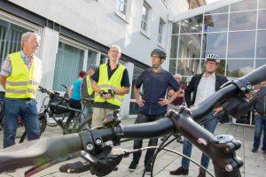 Bürgermeister Otto Steinkamp, Stefan Sprenger und Wolfgang Driehaus (von rechts) erläutern den Zweck der ersten verkehrspolitischen Radtour. Foto:André Thöle