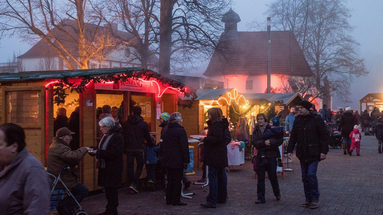Der Wallenhorster Weihnachtsmarkt am ersten Adventswochenende auf dem Kirchplatz. Foto: Thomas Remme