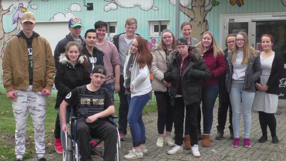 Die Schüler der Alexanderschule mit Sarah Kovacevic (rechts) vor dem Jugendzentrum JAB2. Foto:Jürgen Abeln