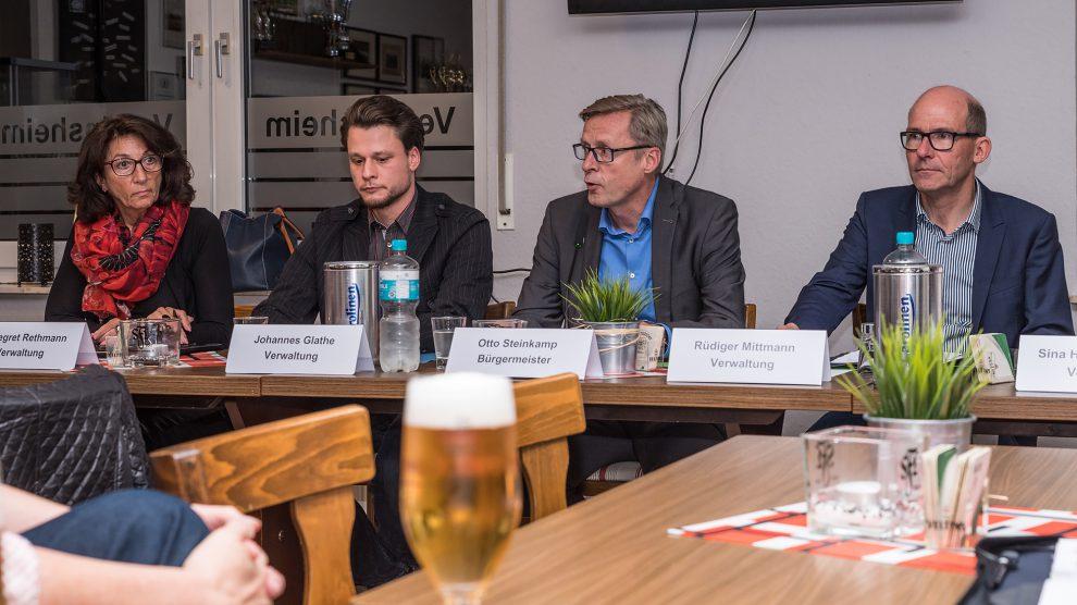 In einen offenen Dialog traten Bürgermeister Otto Steinkamp (zweiter von rechts) und sein Team mit den Gästen des Bürgerforums (hier Lechtingen). Foto: Thomas Remme