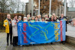 Ratsmitglieder und Vereinsvertreterinnen zeigen gemeinsam mit Bürgermeister Otto Steinkamp (rechts) und Kornelia Böert (4. von rechts) Flagge gegen Gewalt an Frauen. Foto:André Thöle