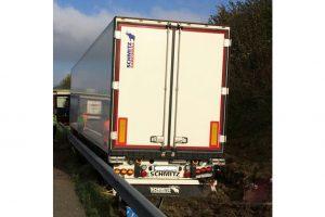 Ein Lastwagen ist am Dienstag auf der A1 bei Wallenhorst an einer Leitplanke stecken geblieben. Foto: Polizeiinspektion Osnabrück