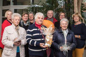 Martha Stöppelmann, Veronika Verch und Rita Holtmayer (vorne von links) durften sich über attraktive Preise freuen. Kornelia Böert (3. von rechts) und die Mitglieder des Seniorenbeirates gratulieren. Foto: Thomas Remme