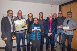 Bürgermeister Otto Steinkamp (links) und Stefan Sprenger (5. von links) überreichen die Preise an die Sieger der Aktion Stadtradeln. Foto: Thomas Remme