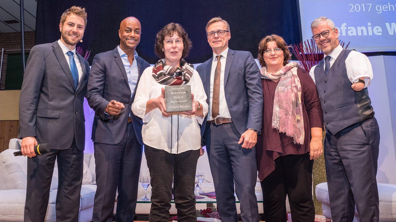 Preisträgerin Stefanie Wächter (3. von links) mit Sven Lake, Yared Dibaba, Bürgermeister Otto Steinkamp, Laudatorin Petra Eckhardt und Rainer Schmidt. Foto: Thomas Remme