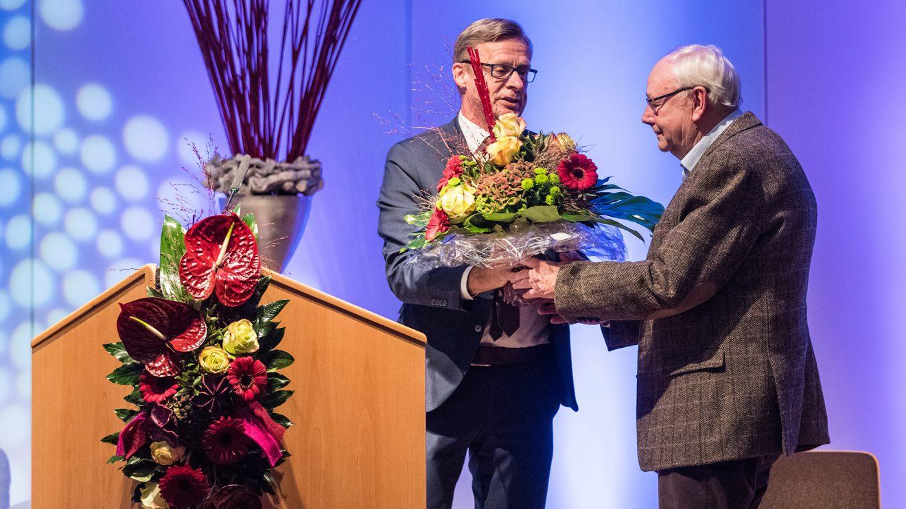 Abschied aus der Jury nach 17 Jahren: Bürgermeister Otto Steinkamp dankt Karl-Heinz Voerste (rechts) für sein ehrenamtliches Engagement. Foto: Thomas Remme