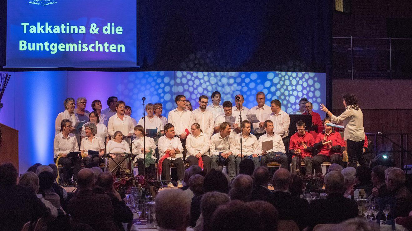 """Der inklusive Chor """"Die Buntgemischten"""" tritt unter Leitung von Stefanie Wächter (rechts) gemeinsam mit der Band """"Takkatina"""" auf. Foto: Thomas Remme"""