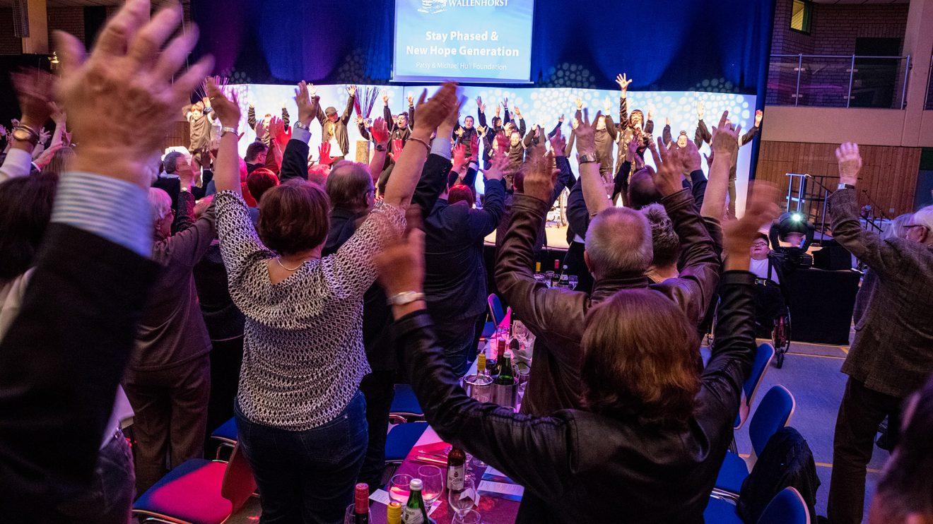 """Die inklusiven Tanzgruppen """"Stay Phazzed"""" und """"New Hope Generation"""" beziehen das Publikum in ihren Auftritt ein. Foto: Thomas Remme"""