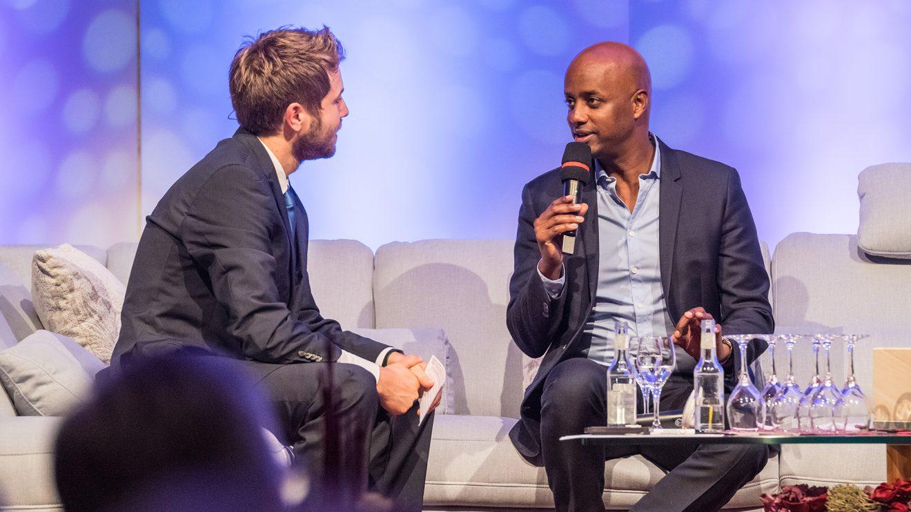 Plattdeutsch-Experte Yared Dibaba (rechts) im Gespräch mit Sven Lake. Foto: Thomas Remme