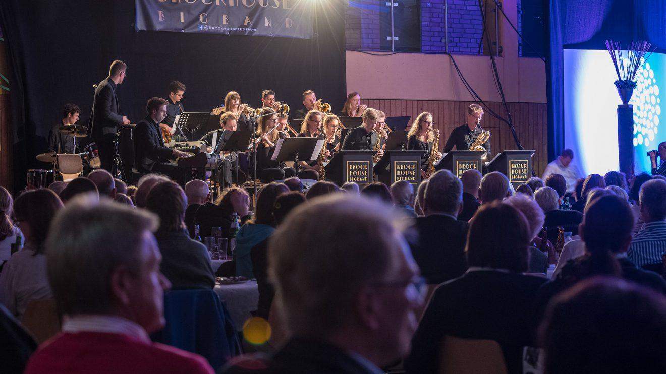 Beste musikalische Unterhaltung: die Brockhouse Big Band. Ihr Name leitet sich vom Hollager Ortsteil Brockhausen ab, wo die Band ihren ersten Proberaum hatte. Foto: Thomas Remme