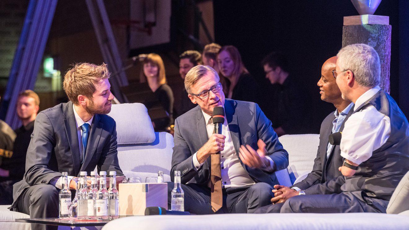 Lockere Gesprächsrunde: Sven Lake, Bürgermeister Otto Steinkamp, Yared Dibaba und Rainer Schmidt (von links). Foto: Thomas Remme