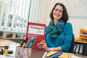 Annette Birnbrich berät im Wallenhorster Rathaus über mögliche Ansprüche auf Wohngeld für Mieter oder Eigentümer. Foto: Thomas Remme