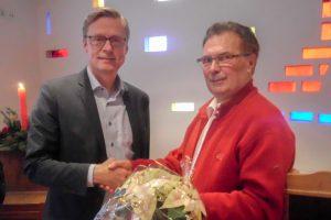 """Josef Thöle (rechts) bedankt sich seitens der Kolpingsfamilie Hollage bei Bürgermeister Otto Steinkamp für die Teilnahme am 60plus-Frühstück, das dieser mit """"5 Sterne aufwärts"""" bewertete. Foto: Ursula Thöle"""