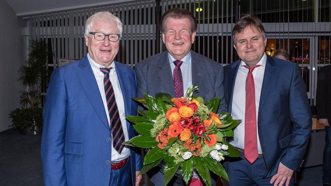 Die drei ehrenamtlichen Stellvertreter des Bürgermeisters unter sich: Alfred Lindner (links) und André Schwegmann (rechts) gratulieren Alfons Schwegmann zum Ratsjubiläum. Foto:Thomas Remme