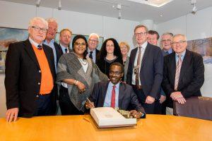 Senegals Botschafter Momar Gueye trägt sich ins Goldene Buch der Gemeinde Wallenhorst ein. Foto:André Thöle