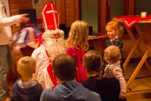 St. Nikolaus verteilt seine Geschenke an alle braven Kinder der Kolpingsfamilie Hollage. Foto: André Thöle