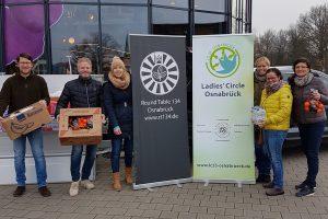 Die fleißigen Helfer aus Wallenhorst und Osnabrück bei der Spendenübergabe vor dem Wallenhorster Edeka. Foto: PR