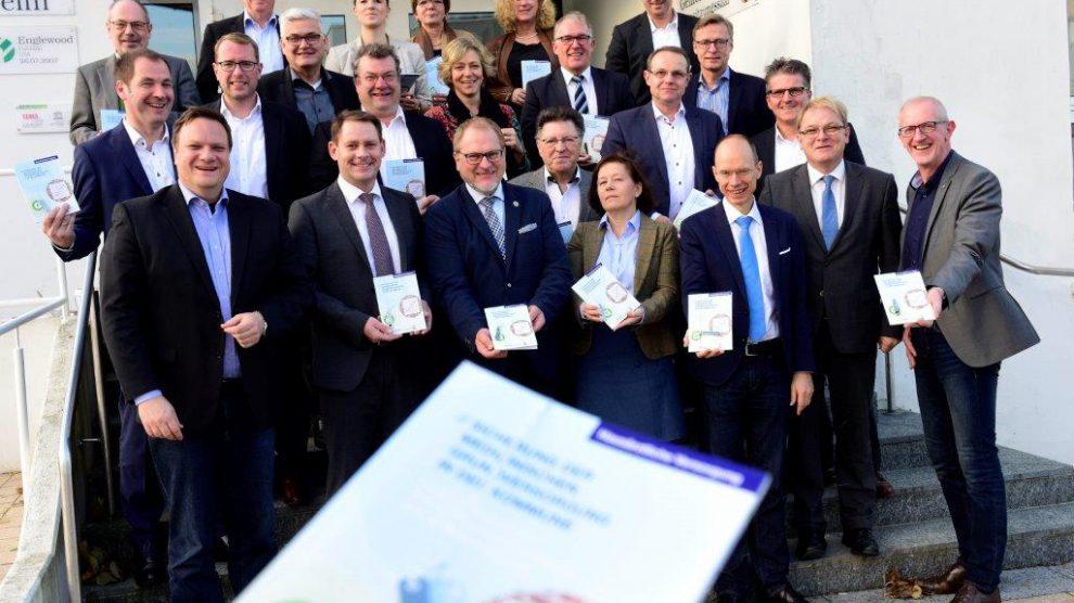 Planen, bis der Arzt kommt: Der Landkreis Osnabrück hat den Bürgermeisterinnen und Bürgermeistern bei einer Konferenz in Belm ein neues Handlungskonzept vorgestellt, mit dem die hausärztliche Versorgung im ländlichen Raum geplant werden kann. Foto:Landkreis Osnabrück/Hermann Pentermann