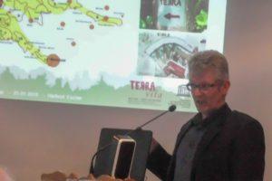 TERRA.vita-Geschäftsführer Hartmut Escher stellt den Natur- und Geopark der Hollager Kolpingsfamilie vor. Foto: Ursula Thöle