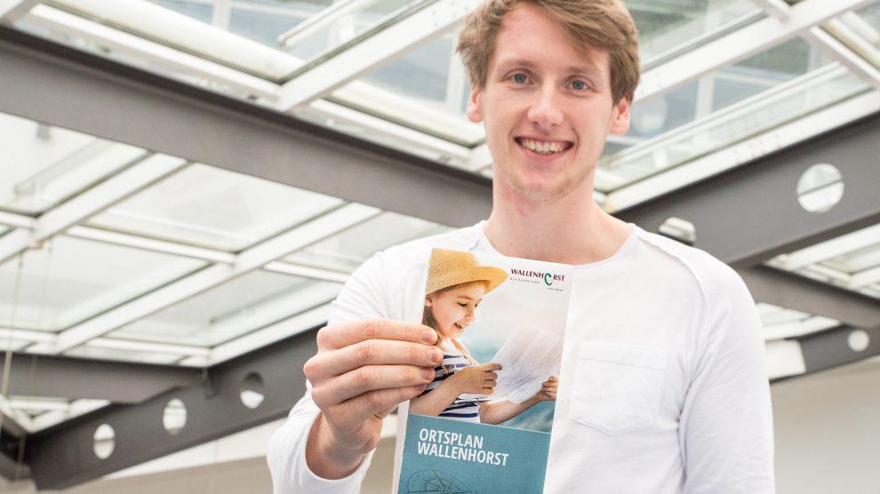 In frischer Optik präsentiert sich die 2018er Ausgabe des Wallenhorster Ortsplans, hier vorgestellt von Nils Tiedemann. Foto: Thomas Remme