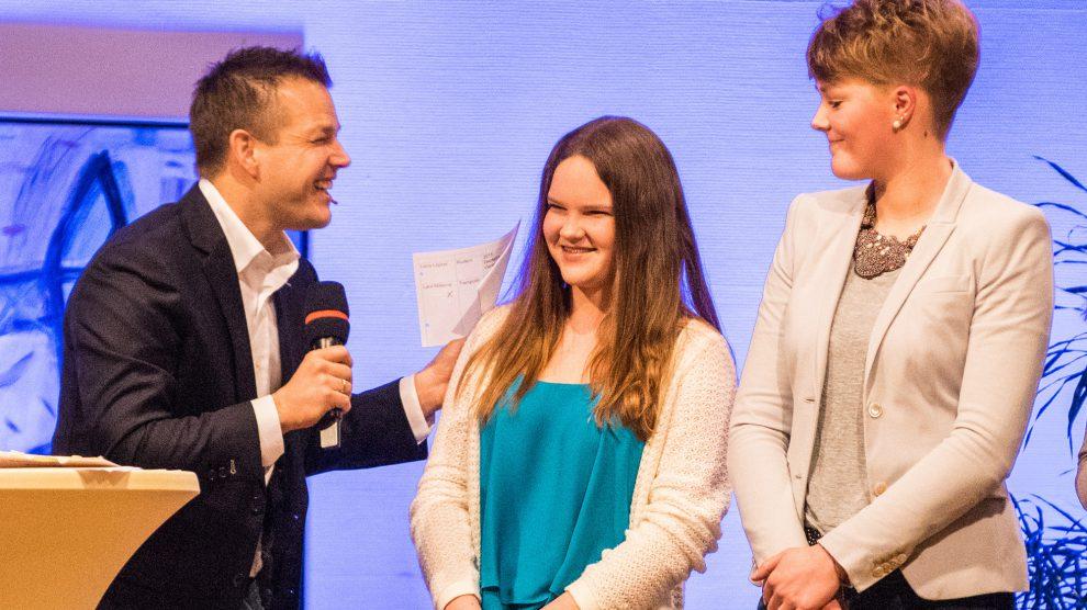 Thomas Reichenberger – hier mit Lara Materne und Lena Löpker – führte 2016 durch das Programm der Wallenhorster Sportlerehrung. Foto:Thomas Remme