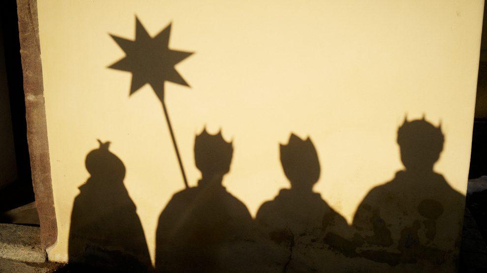 """Festlich gekleidet und mit einem Stern vorneweg sind jedes Jahr rund um den 6. Januar bundesweit Hunderttausende Sternsinger unterwegs. In fast allen katholischen Pfarrgemeinden in Deutschland bringen sie als Heilige Drei Könige mit dem Kreidezeichen """"C+M+B"""" den Segen """"Christus mansionem benedicat – Christus segne dieses Haus"""" zu den Menschen und sammeln für Not leidende Gleichaltrige in aller Welt. Foto: Benne Ochs/Kindermissionswerk"""